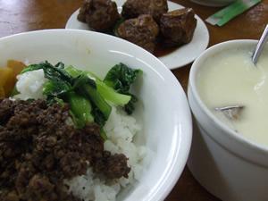 魯肉飯と蒸蛋